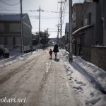 Mother and child walking on the snow road @SOKA / 雪道を歩く母と子 @草加